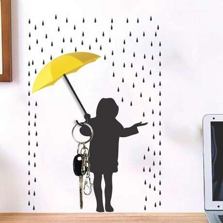 6. Gancho de parede adesivo criativo posicionado acima da mesa de estudos. Fonte: Pinterest