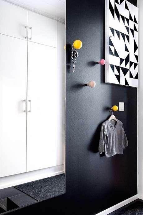 39. Ganchos de parede feitos em esfera colorida. Fonte: Danielle Noce