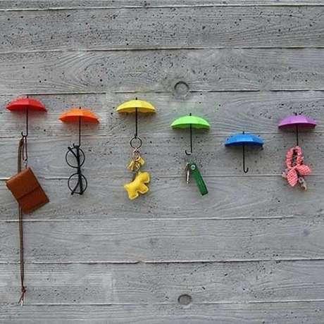 44. Gancho de parede em formato de guarda chuva traz alegria para o ambiente. Fonte: Pinterest