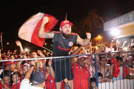 A torcida do Internacional esgotou em menos de meia-hora os 2,3 mil ingressos que foram disponibilizados para a partida em Curitiba. (Foto: Ricardo Duarte)