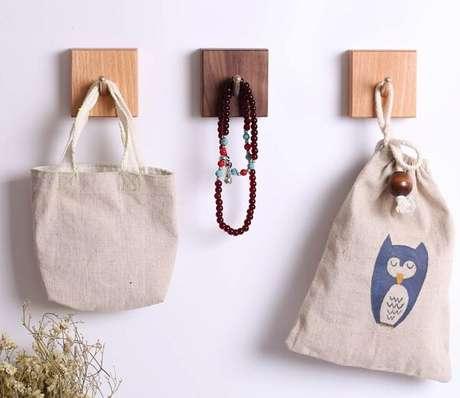 51. Gancho feito em madeira serve para organizar bolsa, colar… Fonte: Pinterest