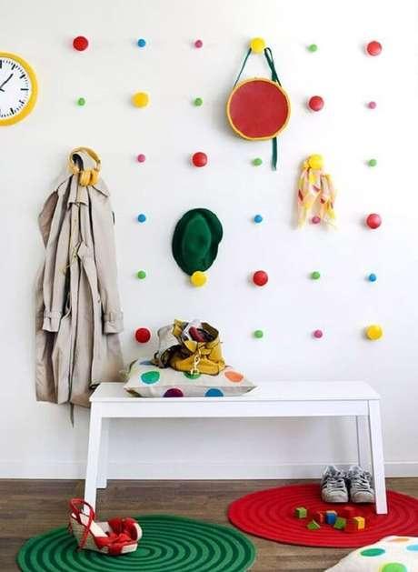 65. Gancho redondo colorido anima o quarto infantil. Fonte: Pinterest