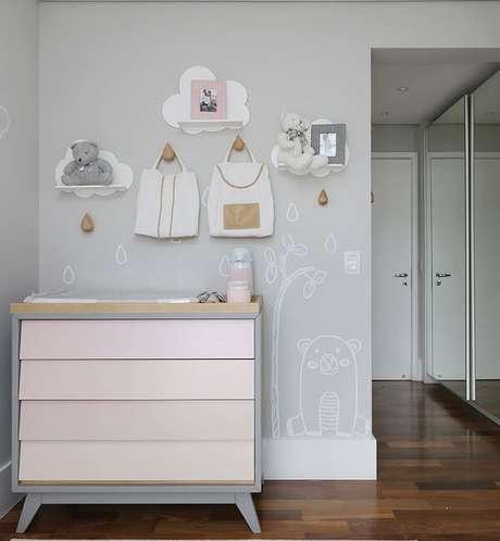 55. Gancho feito em madeira complementa a decoração do quarto de bebê. Fonte: Pinterest