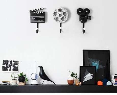 2. Ganchos de parede decorativos feitos com elementos do cinema. Fonte: Pinterest