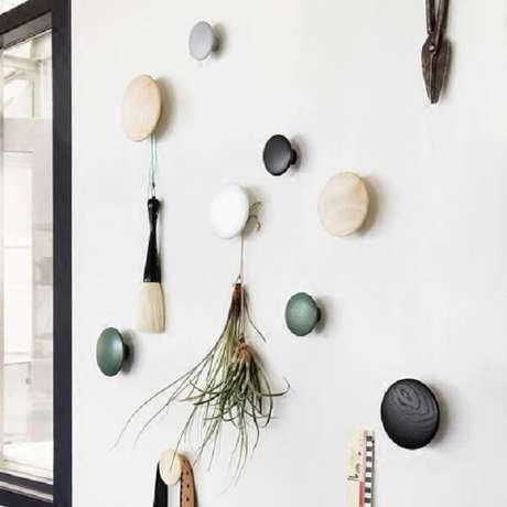 63. Conjunto de ganchos de parede em formato redondo. Fonte: Pinterest