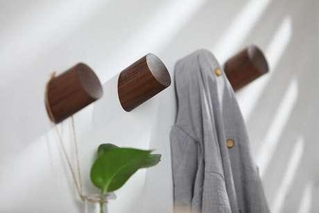 3. Gancho de parede de madeira simula o galho de uma árvore. Fonte: Pinterest