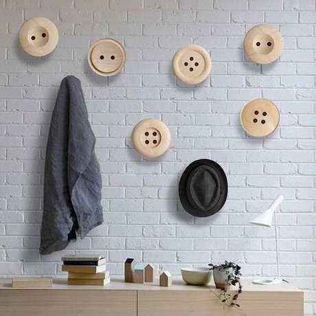 1. Gancho de parede em formato de botões encanta a decoração deste ambiente. Fonte: Pinterest