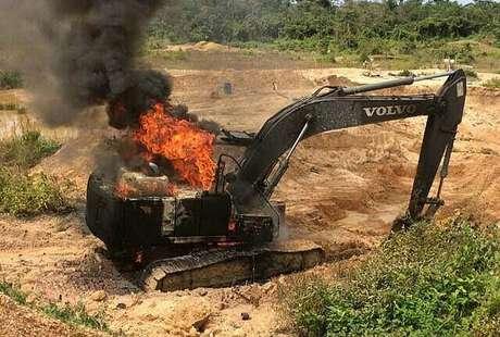 Máquina queimada por ser usadas para cometer crimes ambientais