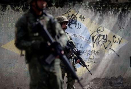 Militares patrulham Complexo do Lins, no Rio de Janeiro, durante operação contra crime organizado 05/08/2017 REUTERS/Ricardo Moraes