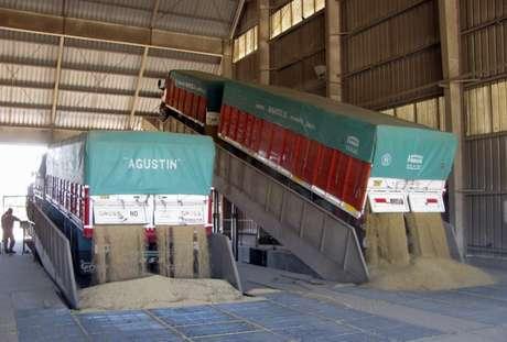 Caminhões descarregam grãos de soja para processamento na região de Rosário, Argentina  08/09/2010 REUTERS/Nicolas Misculin