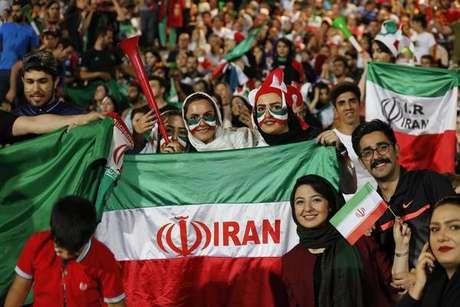 Iraniana ateia fogo no corpo contra restrição em estádios