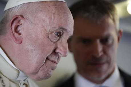 Papa Francisco concede entrevista coletiva em avião
