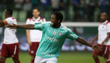 Luiz Adriano teve atuação de gala contra o Fluminense (Foto: SEP)