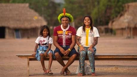 Giliarde Juruna com o filho Awãkayu (à esq.) e a filha Anita (ou Yakawilu); ela se tornou fluente na língua ancestral do povo após interâmbio com membros da etnia refugiados em Mato Grosso há quase um século
