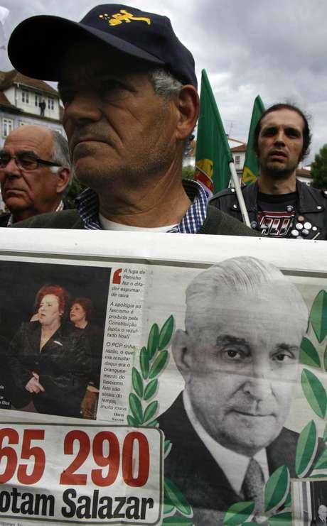 Manifestante segura cartaz com foto de ditador António Oliveira Salazar em Santa Comba Dão 28/4/2007 REUTERS/José Manuel Ribeiro