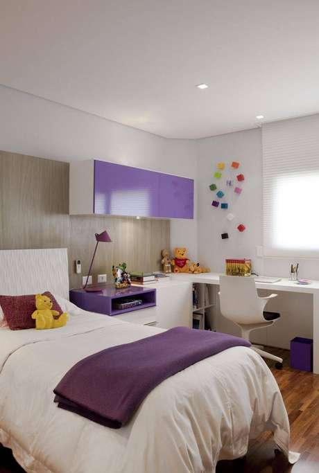 11. Ter nichos ou gaveta na escrivaninha para quarto é perfeito para decorar e guardar objetos. Projeto de Marcelo Rosset