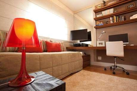 12. Ter uma escrivaninha para quarto facilita muito o trabalho de home office e trabalhos escolares. Projeto de Studio Novak