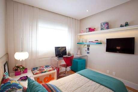 13. Mesa de acrílico transparente é perfeita como alternativa à escrivaninha para quartoe deixa o quarto mais iluminado e aparentemente maior. Projeto de Studio Novak