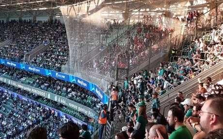 Rede atrapalha visibilidade dos torcedores visitantes (Foto: Reprodução/Internet)