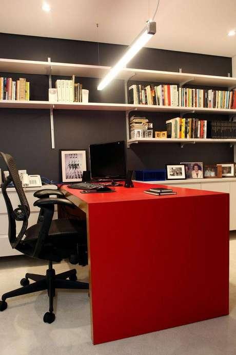14. Uma escrivaninha para quarto vermelha tem aparência juvenil e é linda para qualquer ambiente. Projeto de Simone Collet