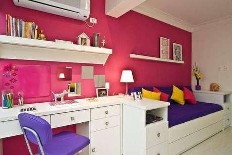 15. Uma marcenaria bem planejada permite unir vários móveis, como nessa escrivaninha para quarto feminino que tem gaveta. Projeto de Carolina Danielian