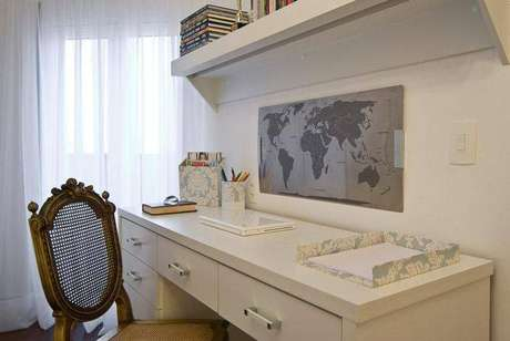 16.Uma escrivaninha para quarto deve ser harmoniosa com o ambiente. Projeto de Carolina Danielian