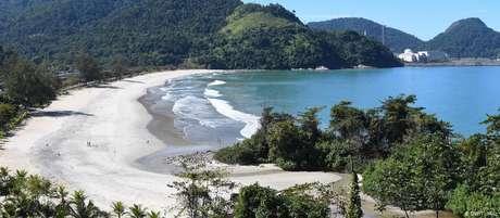 Praia na Baía de Ilha Grande com usina nuclear ao fundo