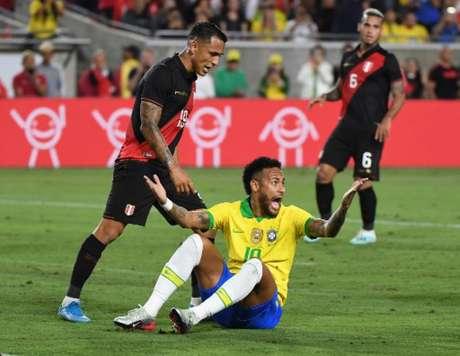 Neymar caído no duelo contra os peruanos (Foto: MARK RALSTON / AFP)
