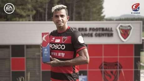 Wanderson levou o prêmio de melhor jogador do mês de agosto (Foto:Divulgação / Pohang Steelers)