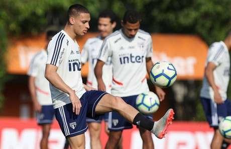 Antony voltou a treinar em campo com os companheiros, após Seleção Olímpica (Foto: Rubens Chiri/saopaulofc.net)