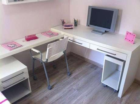 7. Escrivaninha para quarto em L é perfeita para quem trabalha com muitos objetos. Projeto de Grupo Factory