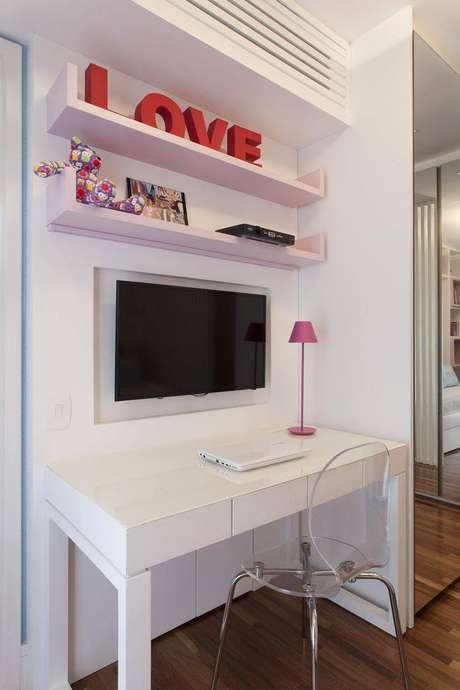 3. Uma escrivaninha para quarto pequeno branca fica bem em qualquer tipo de quarto, mesmo nos menores. Projeto de Ark2 Arquitetura