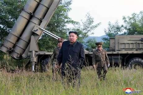 Kim Jong-un acompanha teste de mísseis na Coreia do Norte