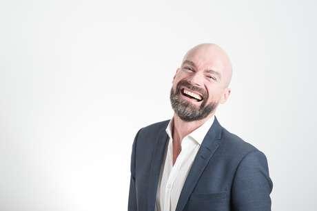 Após uma análise da boca e do rosto da pessoa, o profissional estuda como deixar o sorriso em harmonia com os traços da face. Um programa de computador simula o resultado, assim o paciente já sai entusiasmado com o que está por vir.