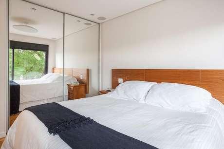 7. Limpe o guarda roupa com espelho semanalmente visando maior durabilidade do móvel – Foto: Tria Arquitetura