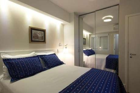 10. Decoração para quarto de casal azul e branco com guarda roupa com espelho pequeno – Foto: Daniela Marques Arquitetura