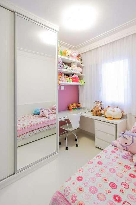 5. Invista nas opções com porta de correr de guarda roupa branco com espelho para quartos pequenos – Foto: Caroline Manfrin