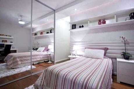 12. Guarda roupa grande com espelho para decoração de quarto de solteiro feminino com cabeceira estofada – Foto: Vanjamia