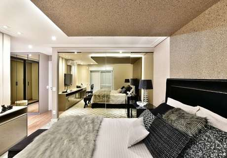 15. Decoração sofisticada para quarto de casal com guarda roupa grande com espelho – Foto: Tetriz Arquitetura e Interiores
