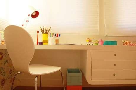 33. Escrivaninha para quarto branca com gavetas suspensas. Projeto de Sandro Clemes