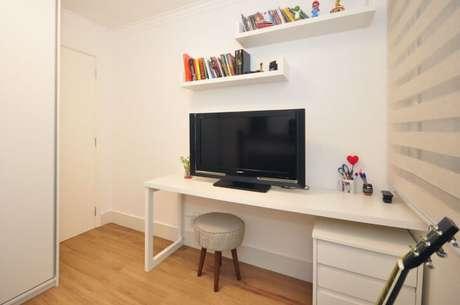 55. Escrivaninha para quarto com TV em cima. Projeto de Condecorar
