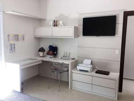 36. A escrivaninha para quarto de canto na cor branca combina perfeitamente com os demais móveis do ambiente. Projeto de Juliana Garbossa
