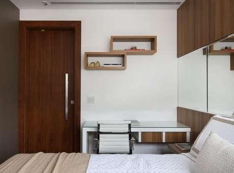 25. Escrivaninha para quarto branca minimalista com gavetas embutidas. Projeto de Studio BR