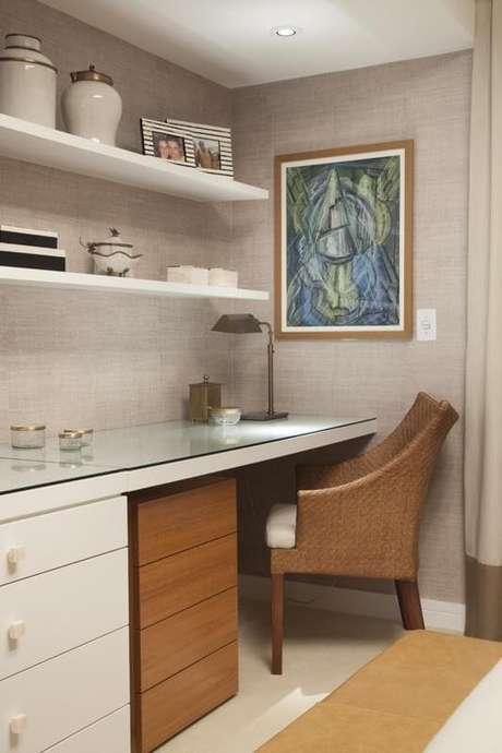 24. Aqui, a escrivaninha para quarto tem gaveteiros embaixo. Projeto de Meyer Cortez