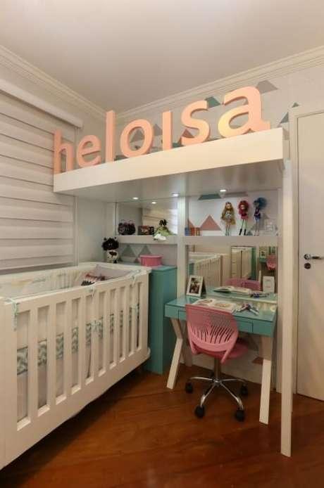 28. Escrivaninha para quarto infantil embutida na decoração. Projeto de Bianchi Lima