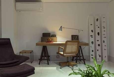 54. Escrivaninha para quarto de madeira é ideal para colocar cavalete e luminária. Projeto e Renata Basques