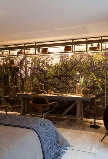 21. Escrivaninha para quarto de madeira no quarto com parede adesivada. Projeto de Sandra Moura