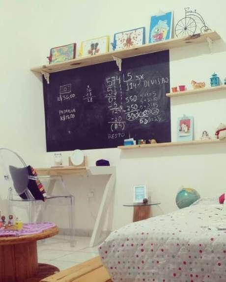 31. Escrivaninha para quarto de madeira pinus em dormitório infantil. Projeto de Rani Victor