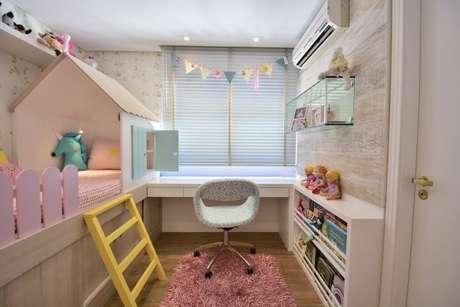 38. Escrivaninha para quarto de menina integrado à cama de casinha. Projeto de BG Arquitetura