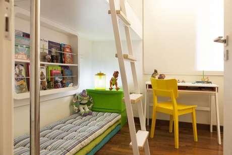 41. Escrivaninha para quarto com espaço para armazenamento. Projeto de Tikkanen Arquitetura
